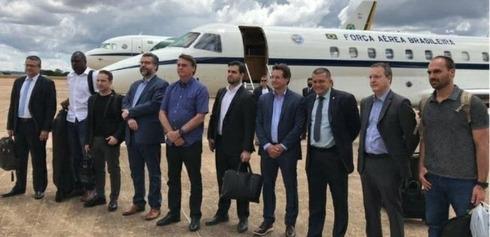 La comitiva de Brasil con el presidente Jair Bolsonaro (quinto, desde la izquierda), antes de partir hacia Israel.