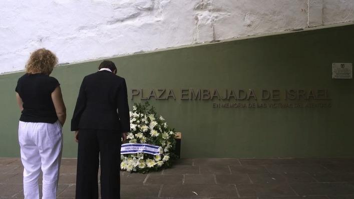 Galit Ronen y una sobreviviente del atentado rinden homenaje a los fallecidos en el lugar de la explosión.