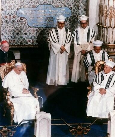 Juan Pablo II durante su visita a la Gran Sinagoga de Roma, en 1986.