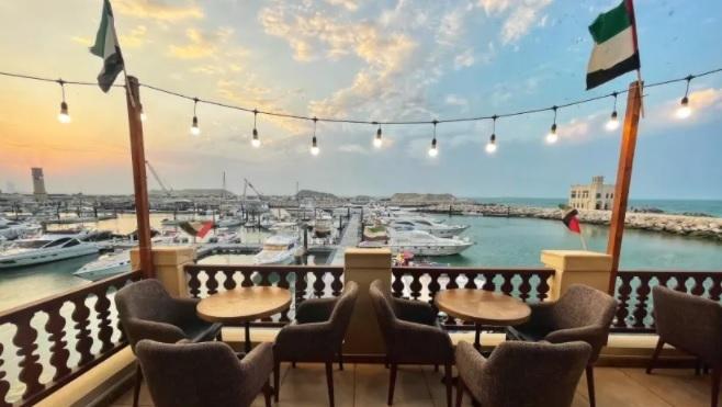 El restaurante cuenta con empleados pakistaníes, palestinos y emiratíes.