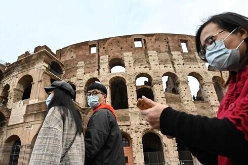Turistas conocen el Coliseo de Roma en plena pandemia.