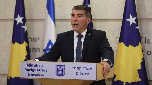 El ministro de Relaciones Exteriores, Gabi Ashkenazi, anuncia el acuerdo de normalización de las relaciones con Kosovo.
