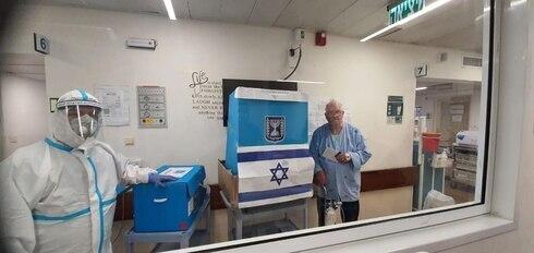 Mesa de votación en el Centro Médico Hillel Yaffe.