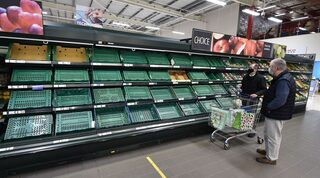 Estantes vacíos en un supermercado de Belfast en enero.