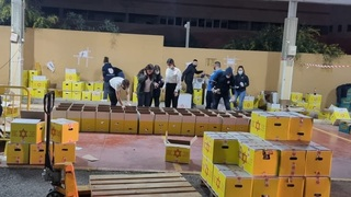 Voluntarios del Magen David Adom preparan cajas de alimentos para distribuir a familias necesitadas.