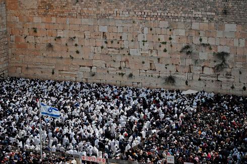 Judíos frente al Muro Occidental antes de la pandemia de coronavirus.