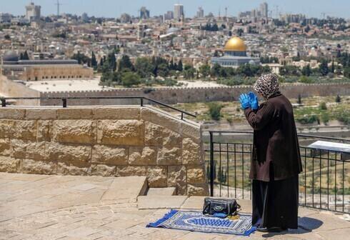 Una mujer musulmana reza en Jerusalem durante el Ramadán de 2020.