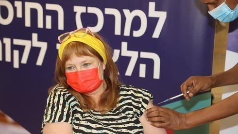Galia Rahav, jefa de la Unidad de Enfermedades Infecciosas y Laboratorios de Sheba, recibe la vacuna contra el coronavirus.