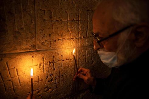 Las cruces grabadas en el antiguo muro de piedra de la capilla de Santa Elena en Iglesia del Santo Sepulcro en Jerusalem.