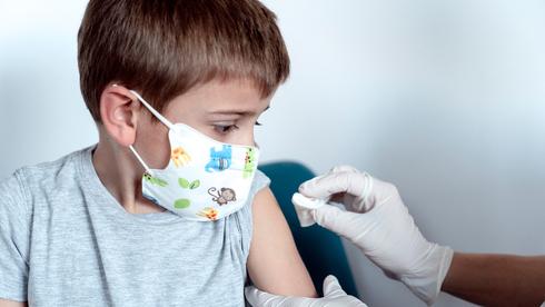 Un niño recibe la vacuna de Pfizer contra el coronavirus.