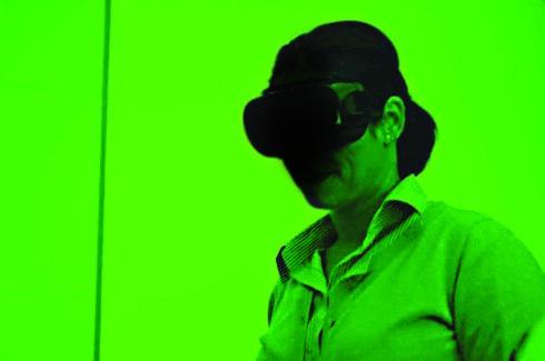 Dana utiliza un equipo tecnológico que reconoce huellas dactilares en pinturas.