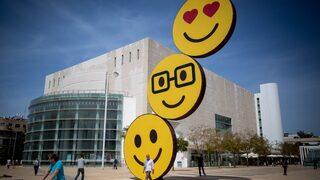 Emojis en la Plaza Habima de Tel Aviv.