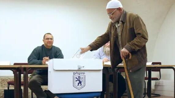 Un residente árabe de Jerusalem votando en las últimas elecciones municipales de la ciudad.