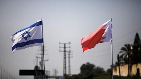Las banderas de Israel y Bahrein ondean a lo largo de una carretera en Netanya.