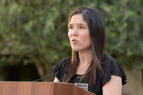 Lily Ben Ami, hermana de Michal Sela, habla ante los asistentes al hackatón contra la violencia de género en 2020.