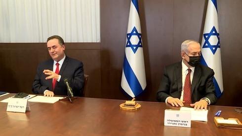 El ministro de Finanzas, Israel Katz, a la derecha del primer ministro, Benjamín Netanyahu.
