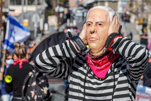 Un manifestante porta una máscara de Netanyahu durante una protesta frente al Tribunal de Distrito de Jerusalem, en febrero de 2021.