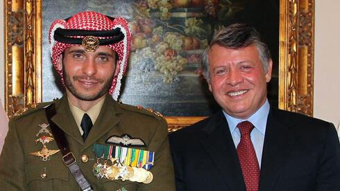 El príncipe Hamza junto a su medio hermano el rey Abdullah II de Jordania.