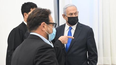 El primer ministro Benjamín Netanyahu junto a miembros de su equipo legal en el Tribunal de Distrito de Jerusalem, en febrero de 2021.