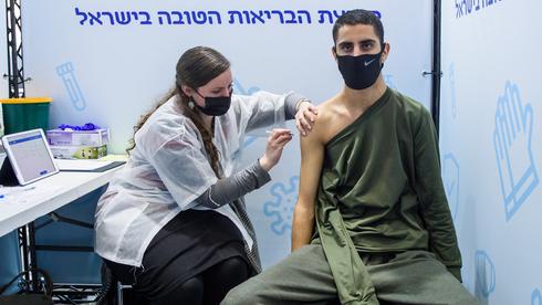 Un estudiante de escuela secundaria es vacunado contra el coronavirus en Jerusalem.