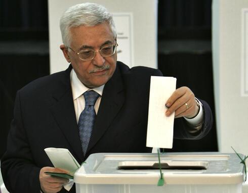El presidente palestino Mahmoud Abbas deposita su voto en las elecciones parlamentarias palestinas de 2006 en Ramallah.
