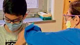 Un niño se vacuna en Estados Unidos contra el coronavirus.
