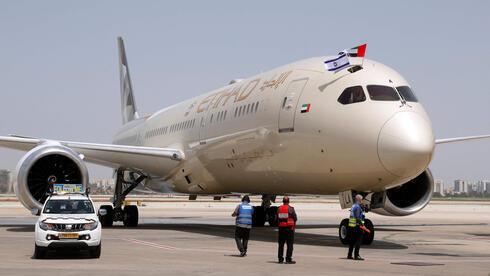 """El Boeing 787-9 """"Dreamliner"""", de Etihad Airways, exhibe las banderas israelí y emiratí a su llegada al aeropuerto Ben Gurion, de Tel Aviv."""