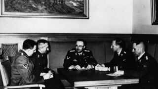 El jefe de las SS, Heinrich Himmler (centro de la imagen) con Franz Josef Huber (primero a la izquierda).