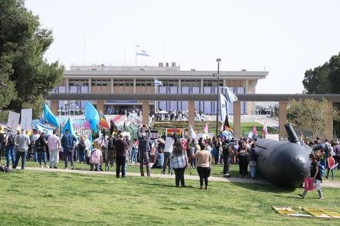 Protesta de movimientos de mujeres y LGBT frente a la Knesset.