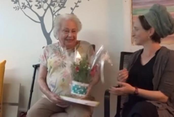 Un regalo para Inés Zaduk, sobreviviente del Holocausto que brindó su testimonio en Yom HaShoá.
