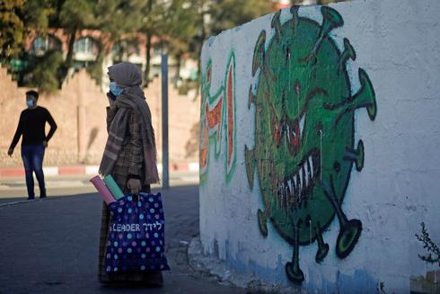 Un graffiti del coronavirus en Gaza.