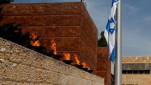 Las antorchas conmemorativas que fueron encendidas en Yad Vashem en 2020.