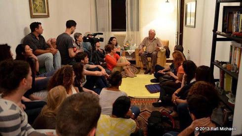 Los israelíes se reúnen en casas privadas para escuchar las experiencias de los sobrevivientes del Holocausto.