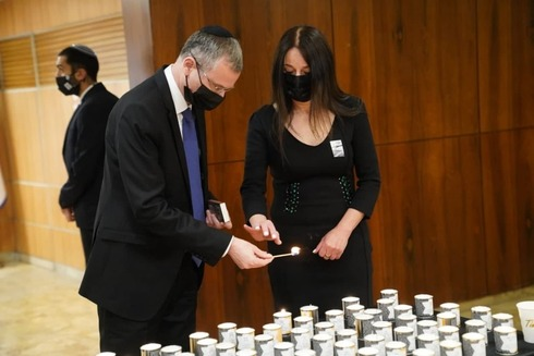 El presidente de la Knesset, Yariv Levin, enciende la vela yiskor en el Parlamento.