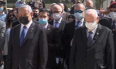 Benjamín Netanyahu y Reuven Rivlin durante la ceremonia en Yad Vashem.