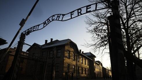 """Campo de Auschwitz: """"El trabajo te libera""""."""