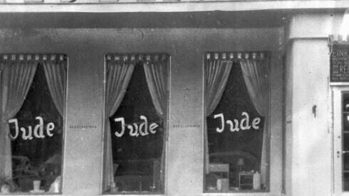 """La palabra """"Jude"""" (""""Judío"""") escrita en las ventanas de una tienda propiedad de judíos en Berlín en noviembre de 1938."""
