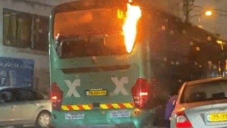 El autobús incendiado tras ser alcanzado por una bomba molotov.