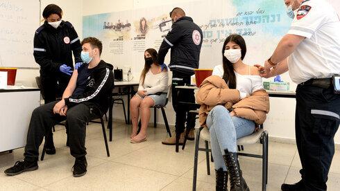 Estudiantes de un colegio secundario son vacunados en Lod.