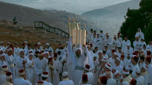 Fieles samaritanos rezan en el monte Gerizim mientras celebran Shavuot al amanecer, junio de 2017.