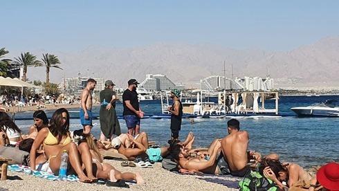Turistas en una playa de Eilat.