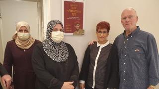 Ada y Zavik Rubel junto a Sahar Sabra en la entrada de la habitación en la que se alojó.