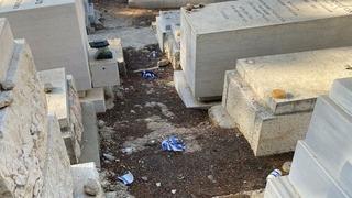Tumbas profanadas en el Cementerio de Givat Shaul en Jerusalem.