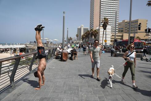 Os israelenses caminham por Tel Aviv sem máscaras no sábado, um dia antes da medida oficial que põe fim à sua natureza obrigatória.uso obrigatório de máscaras