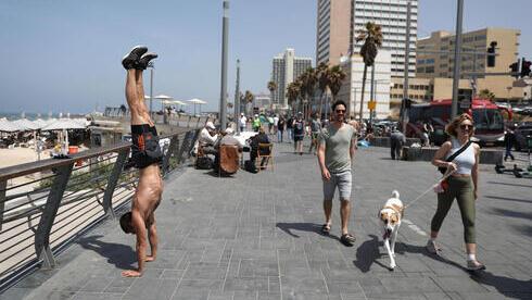 Israelíes pasean por Tel Aviv ya sin máscaras el sábado, un día antes de que se oficialice la medida que pone fin a su obligatoriedad.
