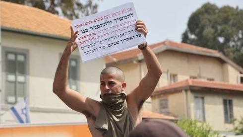 Un manifestante protesta contra la deficiente atención a los veteranos del Ejército proporcionada por el Ministerio de Defensa.