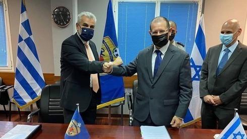 Funcionarios de defensa de Grecia e Israel firman el mayor acuerdo de defensa de la historia entre ambos países.