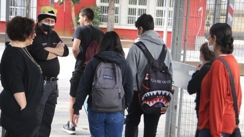 Estudantes do ensino superior retornam às aulas após um ano de interrupções devido à pandemia do coronavírus.