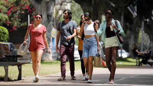 Israelíes caminan por Tel Aviv sin máscaras de protección.