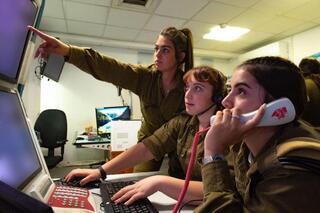 Con los ojos pegados a la pantalla, la Unidad de Recolección de Información de las FDI sirven de guía para importantes operativos del ejército de Israel.